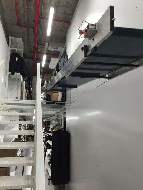 Almacén de doble altura con escalera  cinta transportadora